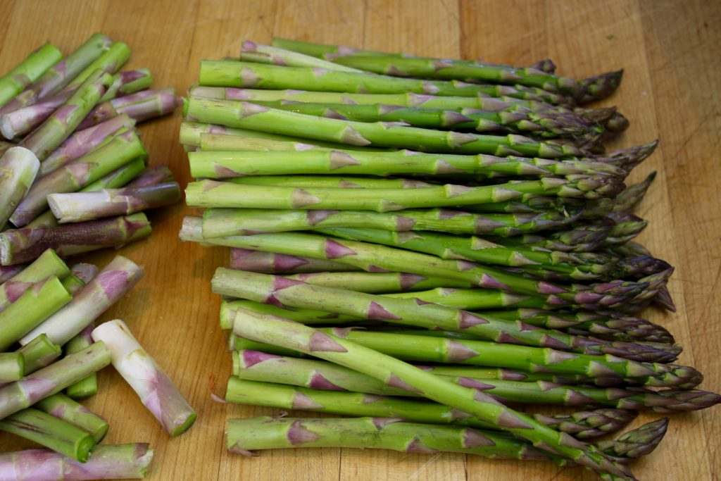 cut-off-woody-ends-of-asparagus